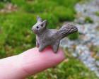 Pikkuruinen orava istui sormenpäälle, 2012